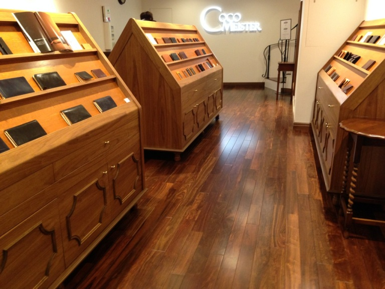 ココマイスター神戸店の店内、一階部分