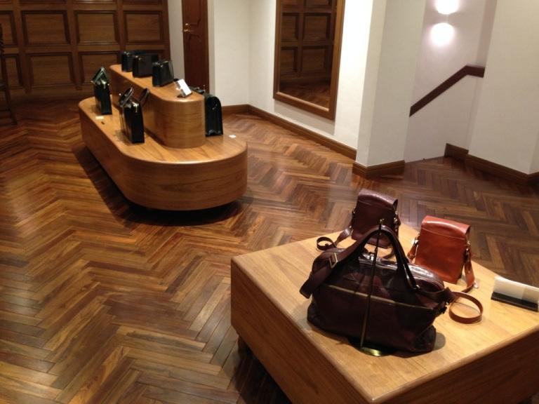 ココマイスター神戸店の二階、カバン・バッグ売り場