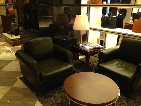ココマイスター 銀座並木通り店店内のソファー