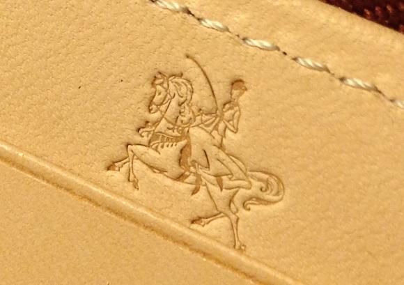 ココマイスターの長財布「ブライドル グランドウォレット」ロゴ