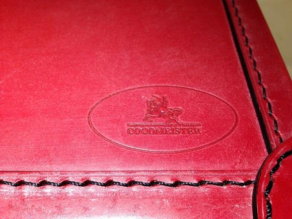 ココマイスター、ビジネスバッグ・アタッシュケース「ブライドル ロイヤルレガッタ」ロイヤルブラウンロゴの部分