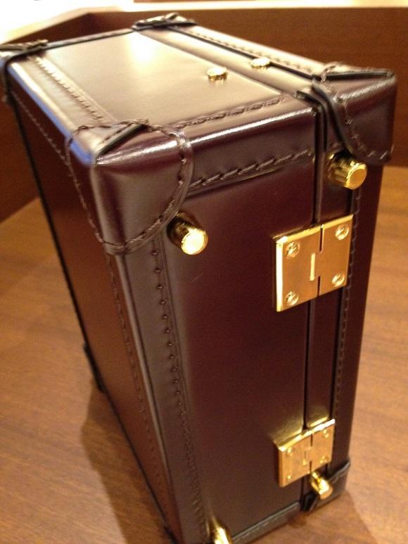 ココマイスターのビジネスバッグ・アタッシュケース「マイスターコードバンサンシモン」の金具