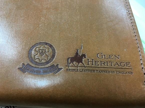 【GLEN HERITAGE】ブライドルレザーロングジッパーウォレットのロゴ