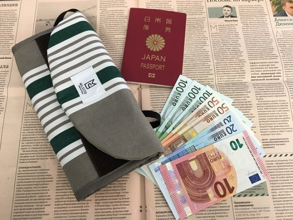 海外旅行用財布、トラベルオーガナイザーとパスポートとユーロ