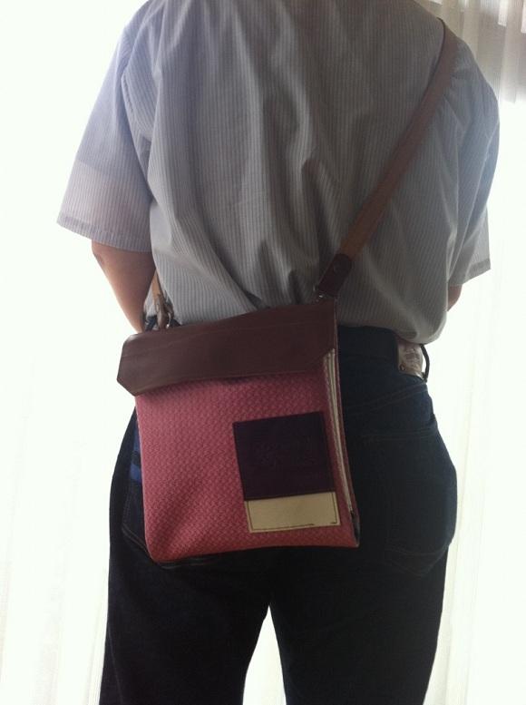 クアトロガッツ「世界に一つだけ」のワンショルダーバッグを持っているところ