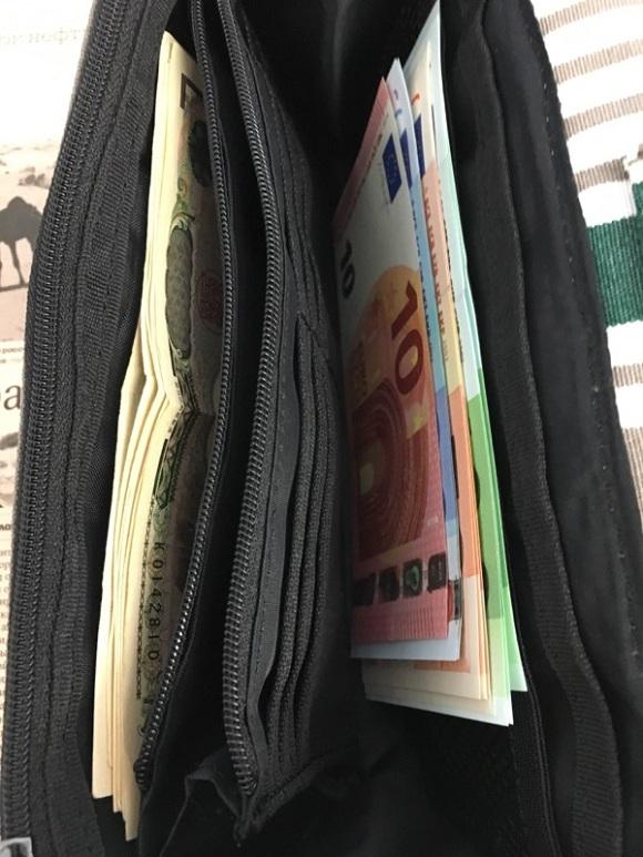 海外旅行用財布、トラベルオーガナイザーに現金を二種類入れているところ