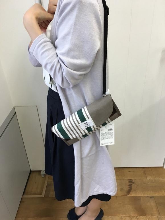 海外旅行用財布、トラベルオーガナイザーを肩から斜めがけで身につけている画像