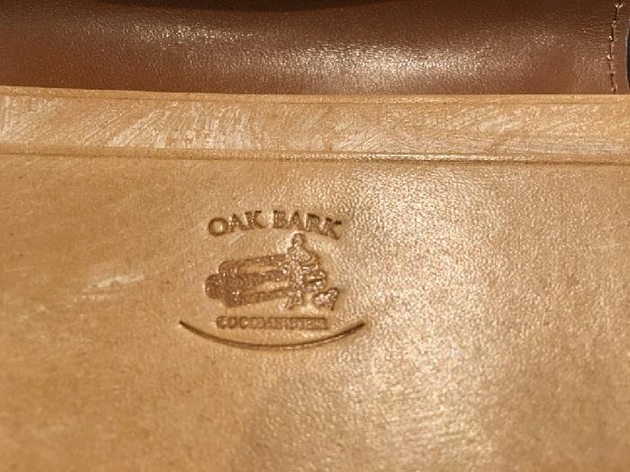 ココマイスターの名刺入れ・オークバークマークスベリーのロゴ