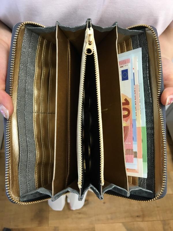 年収1000万の夢をかなえるゾウ 財布の王様の内装