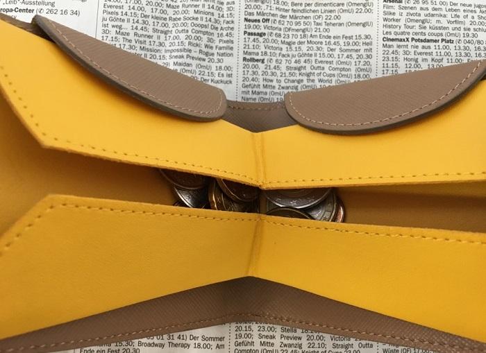 カルトラーレのハンモックウォレットの小銭入れ部分の小銭を入れて閉まったたところ