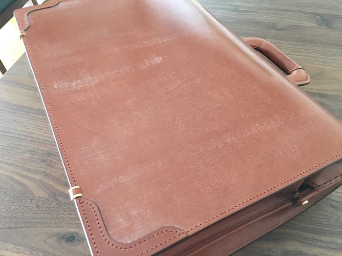 ココマイスターのダレスバッグの表面