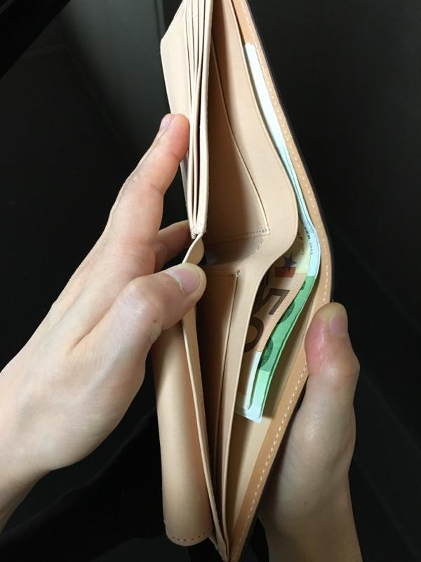 ココマイスターの二つ折り財布・マットーネマルチパースの札入れ