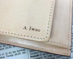 グレンチェック・ブライドルレザー二つ折り財布の名入れ部分
