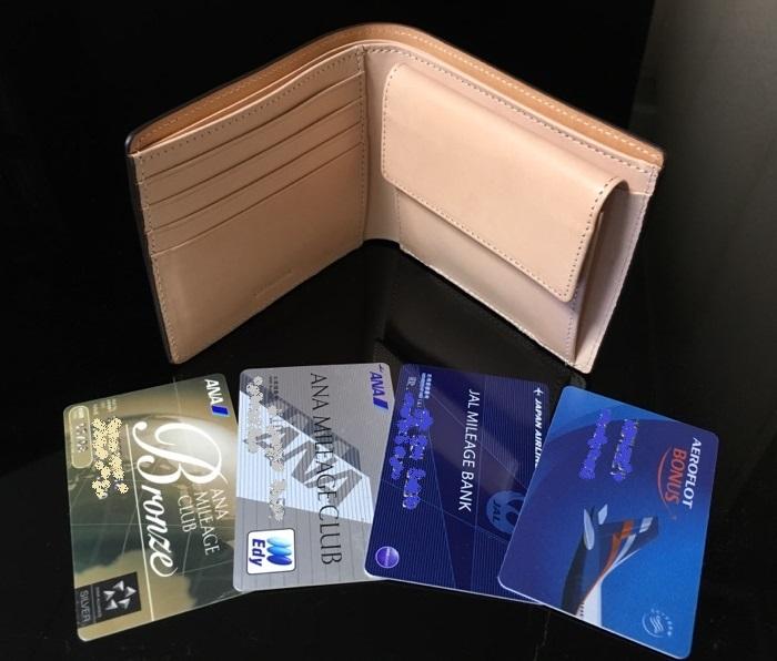 ココマイスターの二つ折り財布・マットーネマルチパースのカード入れ