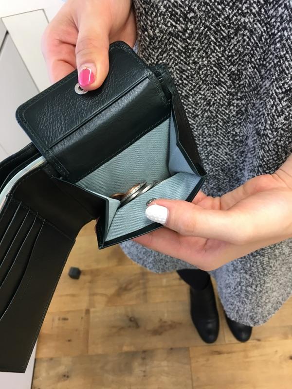 Business Leather Factoryの二つ折り財布の小銭入れ部分