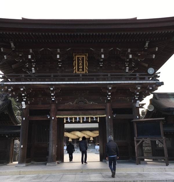 宮地嶽神社の桜門