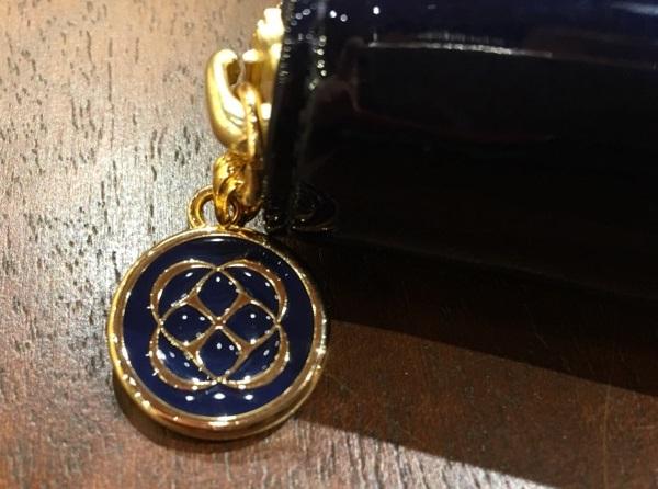 ココマイスターのレディース財布「ココデュラン」フローズンアレフランス〈ブルーグラス)のチャーム