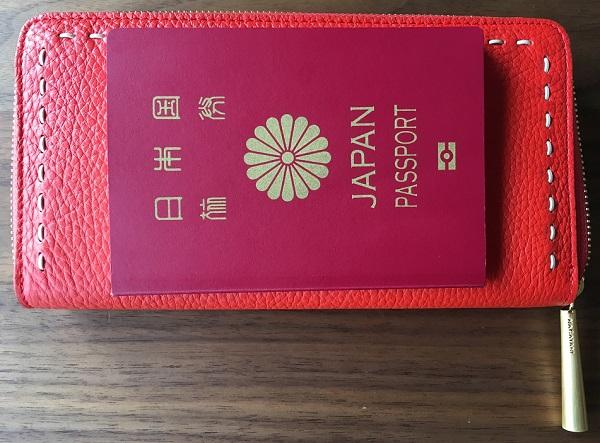 NAGATANI(ナガタニ)の財布『SAHO』とパスポート