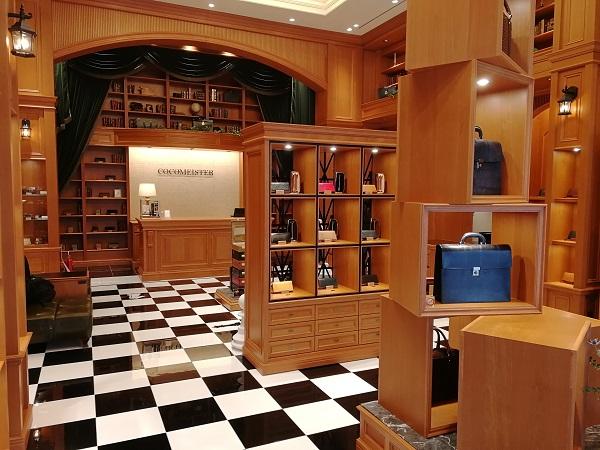 ココマイスター神戸旧居留地店(神戸市中央区 京町25番地 神戸旧居留地25番館 1F)の店内、財布売場の様子