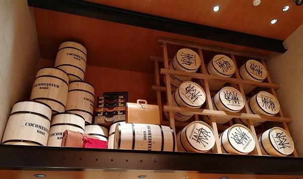 ココマイスター神戸旧居留地店(神戸市中央区 京町25番地 神戸旧居留地25番館 1F)のカバン売り場の酒樽