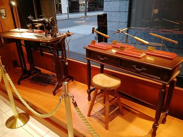 ココマイスター神戸旧居留地店(神戸市中央区 京町25番地 神戸旧居留地25番館 1F)の店内に展示されている財布を縫製する道具