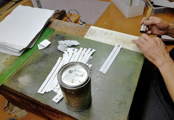 開運財布の財布屋の作業場、白蛇の財布を縫製している所