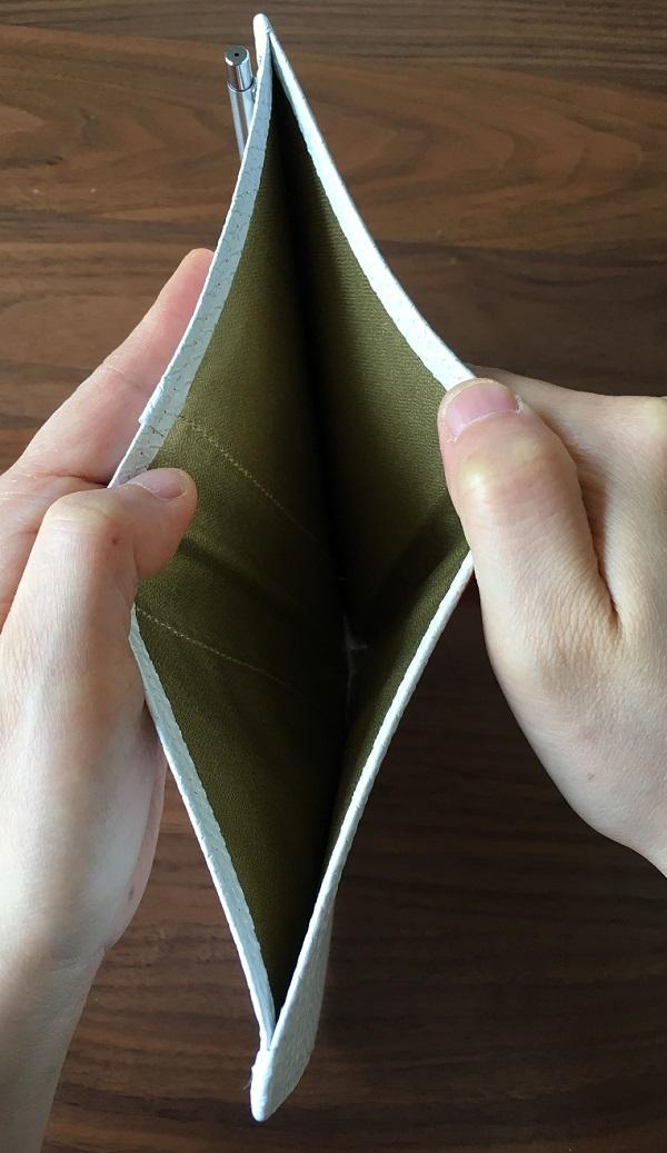 財布屋の『安心安全パスポートケース』の背面フリーポケット