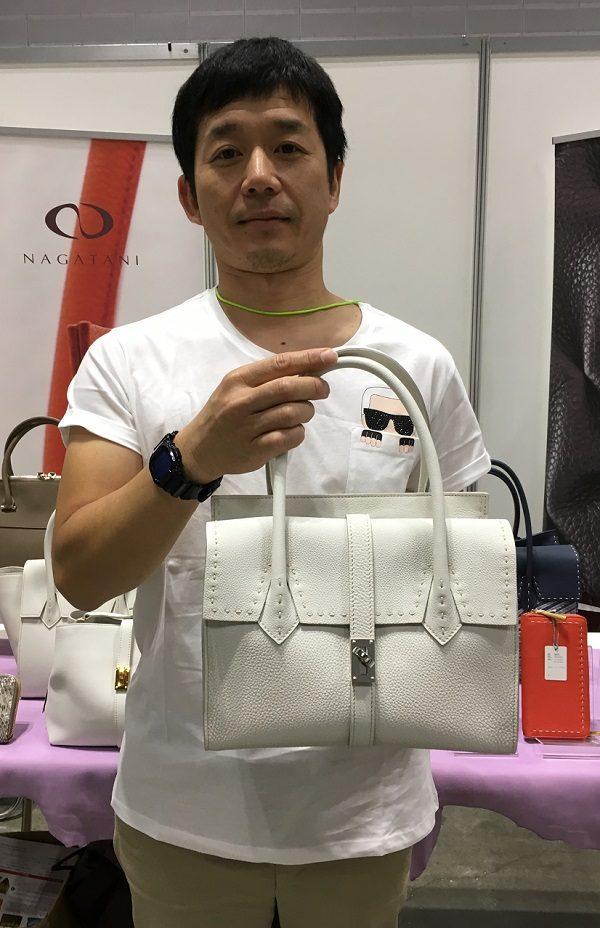NAGATANI(ナガタニ)のハンドバッグを持つ長谷社長