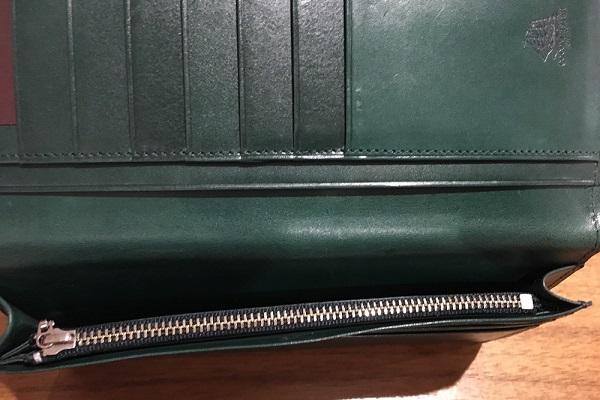 ココマイスターの長財布、プルキャラックカラブリアの札入れ、小銭入れ部分