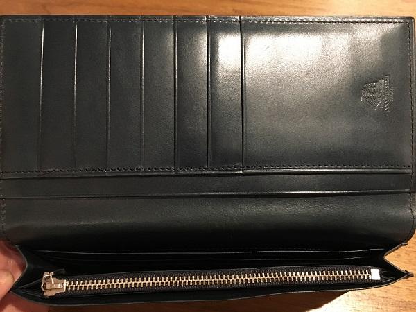 ココマイスターの長財布、プルキャラックロンバルディアの札入れ、小銭入れ部分