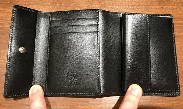 ココマイスターの三つ折り財布、カヴァレオカンガの内装