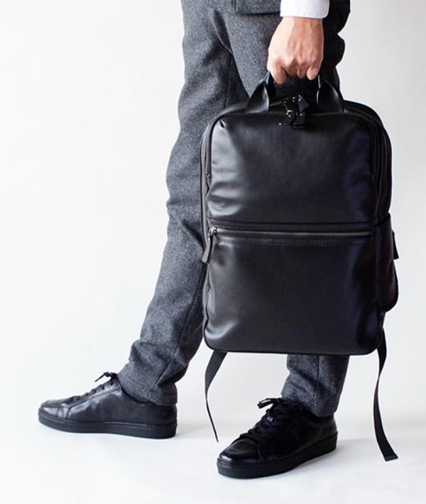 モラルコードのビジネスバッグと靴